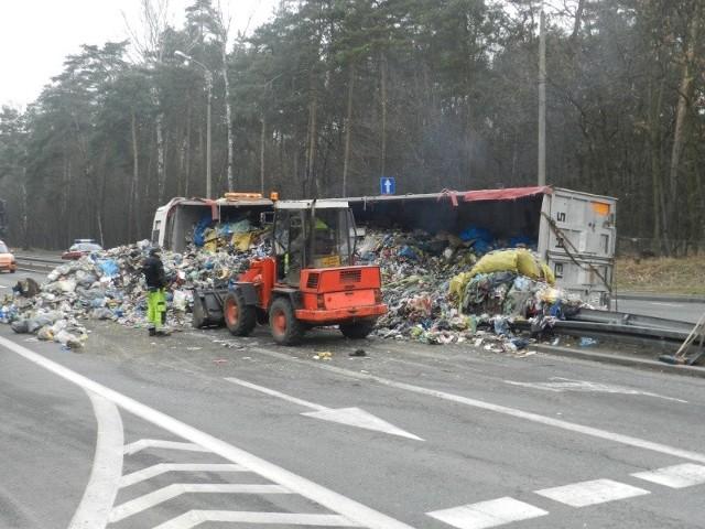 Ciężarówka ze śmieciami wywróciła się na obwodnicy Kędzierzyna