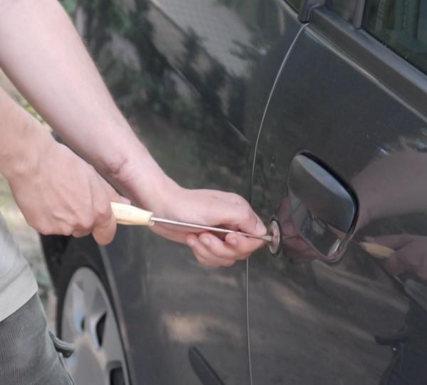 Kierowco, pamiętaj! Złodzieje wybierają samochody słabo zabezpieczone.