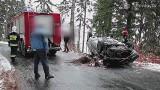 Dachowanie na śliskiej drodze pod Karpaczem. Kierowca chciał uniknąć czołowego zderzenia