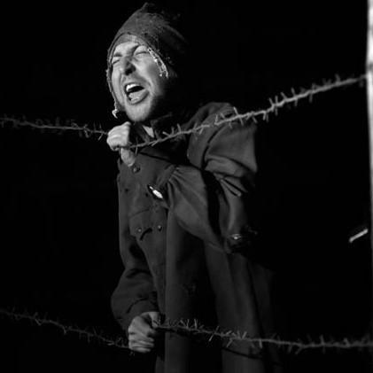 """Lambinowice: """"Zyc za wszelką cene"""". Spektakl wystawiony przez teatr Eko Studio w dawnym obozie jenieckim."""