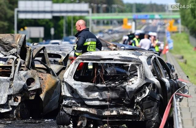 W wyniku uderzenia tira, samochody osobowe nagle zaczęły płonąć. W tragicznym zdarzeniu zginęła pięcioosobowa rodzina. Kierowca ciężarówki, który doprowadził do wypadku pochodzi z woj. lubuskiego. Do tego tragicznego w skutkach wypadku doszło w niedzielę, 9 czerwca, na drodze S3 niedaleko Szczecina. Jak się okazało, kierowca nie zachował należytej ostrożności oraz nie dostosował prędkości do warunków panujących na drodze. - Uderzył w auto jadące przed nim, co wywołało zderzenia kolejnych samochodów -  wyjaśnia prokurator Joanna Biranowska-Sochalska z Prokuratury Okręgowej w Szczecinie.Na skutek zderzenia auta szybko zajęły się ogniem. W jednym z nich zginęła pięcioosobowa rodzina pochodząca ze Stargardu Szczecińskiego: babcia, matka i trójka jej dzieci w wieku 6,8 i 13 lat. Szóstą ofiara była kierowca z innego pojazdu.Do sprawy planowane jest powołanie biegłych, którzy ocenią stan techniczny pojazdu, oraz przeprowadzą badania genetyczne ofiar, aby potwierdzić ich tożsamość.35-letni kierowca tira pochodzący z województwa lubuskiego usłyszał zarzut spowodowania katastrofy lądowej. Mężczyzna nie przyznał się do winy. Grozi mu do 12 lat więzienia. tirami jeździł od kilku lat. Podczas wypadku był trzeźwy.POLECAMY RÓWNIEŻ PAŃSTWA UWADZE:Morderstwo w zielonogórskiej Ochli. Prokuratura zatrzymała podejrzanego