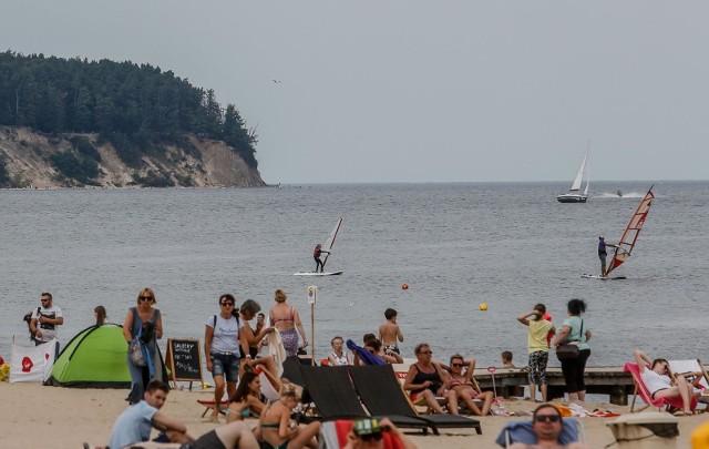 Długi sierpniowy weekend 2019 w Sopocie. Plaża i molo oblężone przez turystów i mieszkańców Trójmiasta