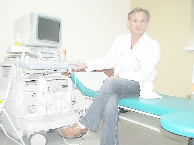 Zbigniew Pawlak prezentuje sprzęt do badań kardiologicznych