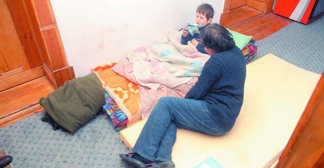 Pani Ania wraz z synem Marcinem spędzili noc na materacach rozłożonych w holu mieszkania studenckiego