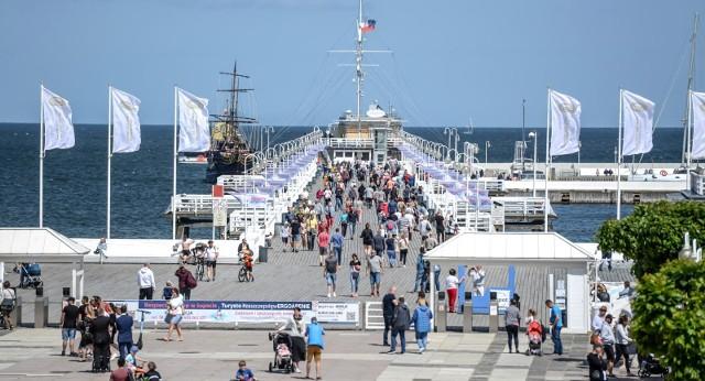 Gdy tylko robi się ciepło, szybko rośnie liczba turystów chętnych do odwiedzenia polskiego wybrzeża. W miniony piątek zakończył się rok szkolny, a tym samym rozpoczął szczyt sezonu wakacyjnego, który potrwa do końca sierpnia. Pogoda sprzyjała, więc nad morzem wypoczywało sporo urlopowiczów.