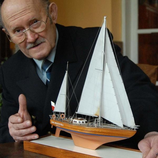 """- To jest mój najcenniejszy skarb -kapitan demonstruje model nieistniejącego już jachtu. Oryginał  zakończył tragicznie swój  żywot 12 grudnia 1988 r.  u wybrzeży Kuby, w rejsie załogowym. Jaskuła nie brał w nim udziału. Do dziś bardzo boleje nad tą stratą. - """"Dar Przemyśla"""" nie zginął na morzu, tylko w kolizji z lądem. Nie zatonął, osiadł rozbity. Zginął, ale nikogo nie zabrał ze sobą."""