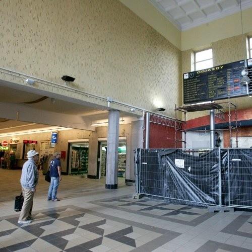 """Dworzec Główny Pierwszy etap remontu dobiega końca Robią na ostatnią chwilę Szczecinianie i turyści mogą korzystać z częściowo już odnowionego Dworca Głównego. Do końca tygodnia potrwają prace porządkowe oraz drobne poprawki. Monika stefanekmonika.stefanek@gs24.plWczoraj minął termin zakończenia pierwszego etapu prac. Ocieplono i odmalowano część ściany frontowej, z której zniknęły już rusztowania. W budynku wymieniono część okien, zlikwidowano daszek nad schodami od strony ul. Kolumba. Główne wejście wyłożono klinkierem. Do zawieszenia pozostał podświetlany napis """"Dworzec Główny"""" oraz elektroniczny zegar. Mało efektowne """"żagle"""" Końca dobiega też renowacja dworcowego holu, choć miejsce to nie wygląda zbyt zachęcająco. Pod sufitem pojawiły się płótna, imitujące żagle. Nie wszystkim przypadły one jednak do gustu. - To wygląda jakby ktoś rozwiesił prześcieradła - skomentowała pani Aldona Biedziak ze Stargardu Szczecińskiego. - Mam nadzieję, że to tylko prowizorka, a nie stały element wystroju wnętrza. Niestety, """"żagle"""" przewidziane są na stałe. Odświeżony hol oglądał wczoraj Andrzej Chańko, dyrektor Zachodniopomorskiego Zakładu Przewozów Regionalnych w Szczecinie. Miał mieszane uczucia, choć to nie jego spółka odpowiedzialna była za remont, tylko Dworce Kolejowe. - Estetyka jest kiepska, ale to dlatego, że płyty marmurowe na ścianach, które zostały wyczyszczone, muszą być jeszcze zaimpregnowane. Dopiero wtedy będą dobrze wyglądać - stwierdził dyrektor Chańko. W środę, a najpóźniej w czwartek w holu dworca zawiśnie tablica informacyjna i mapa województwa. Będą na niej zaznaczone wszystkie linie kolejowe w Zachodniopomorskiem. Pod tablicą znajdą się przegródki na bezpłatne rozkłady jazdy. Biuro obsługi W piątek ma zostać otwarte biuro obsługi klienta PKP Intercity. Powstaje ono na przeciwko wejścia głównego, w miejscu, gdzie znajdowało się wyjście na peron pierwszy. Wczoraj trwały też prace przy odświeżaniu wiat na peronie pierwszym. Pozostałe prace remontowe będą wykony"""