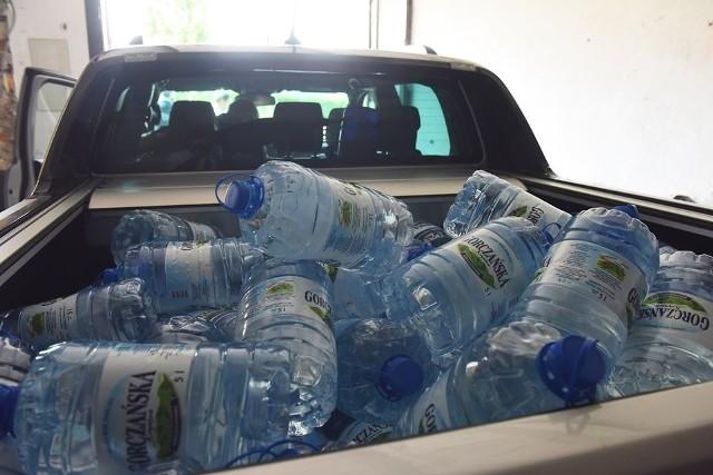 W rejony, gdzie mieszkańcy nie mogą korzystać z wodociągu, woda jest dostarczana w pięciolitrowych butelkach oraz beczkowozami