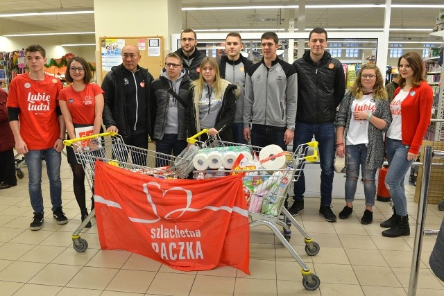 Trener Talant Dujszebajew z zawodnikami PGE VIVE Kielce i wolontariuszami Szlachetnej Paczki w sklepie Lewiatan