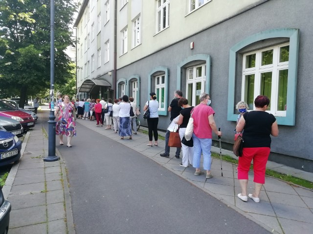 W czwartek, 2 lipca, ok. godz. 14 przed ZUS-em w Toruniu ustawiła się bardzo długa kolejka. Okazuje się jednak, że to nie jednorazowa sytuacja. W czerwcu do siedziby Zakładu Ubezpieczeń Społecznych również ustawiały się ogromne kolejki. Powód? Tylko do końca czerwca przedsiębiorcy mogli się starać o zwolnienie z opłacania składek. Chociaż mamy już lipiec, kolejki nie zniknęły. Przyczyną jest m.in. rygor sanitarny. Klienci są wpuszczani pojedynczo, w zależności od dostępności stanowiska, przy którym możliwe jest załatwienie danej sprawy. Przy okienku z kolei może przebywać tylko jedna osoba. Warto dodać, że ZUS nie jest jedynym miejscem, w którym musimy liczyć się z kolejkami. Podobne, długie ogonki tworzą się rano chociażby przed przychodnią przy ul. Uniwersyteckiej.