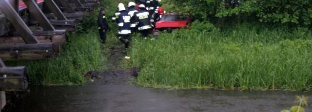 Samochód z rzeki musieli wyciągać strażacy.