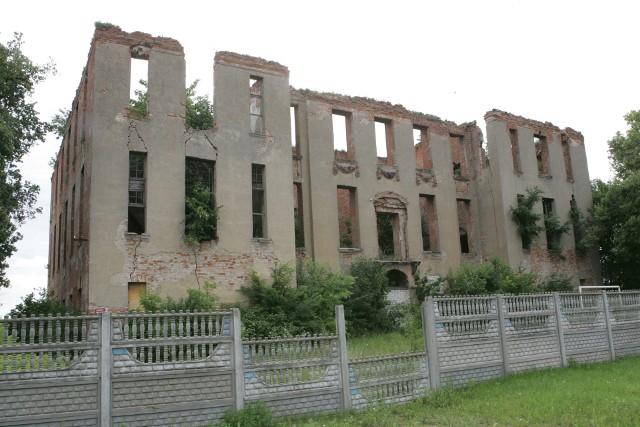 Pozostałości zamku joannitów w Słońsku popadają w coraz większą ruinę.