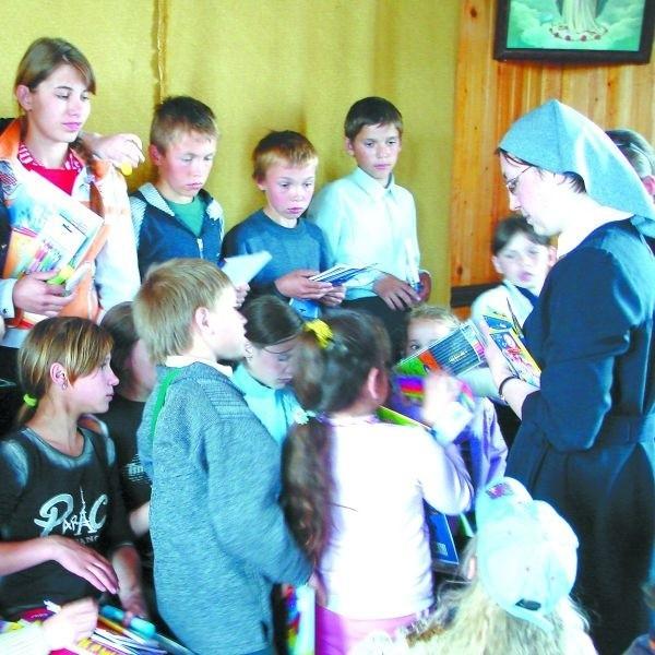 """Tak cieszyły się polskie dzieci z syberyjskiego Białegostoku, kiedy dostały pierwsze prezenty. Wiemy, że dotarły do nich już wszystkie paczki przygotowane z prezentów, które przynieśli do """"Porannego"""" Czytelnicy. Dziękujemy!"""