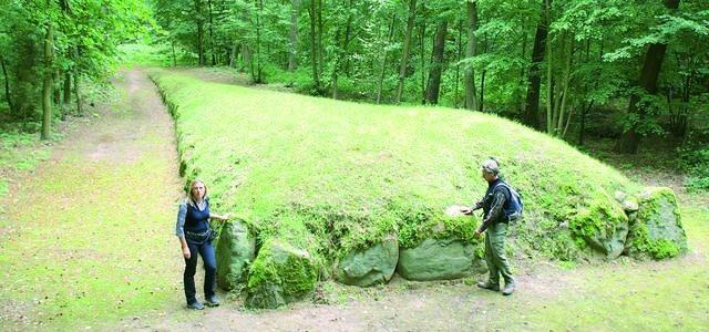 Jeden z megalitycznych grobowców w Wietrzychowicach. Ich ogrom podziwiają Bożena Dzieczkaniec i Jerzy Bitner.