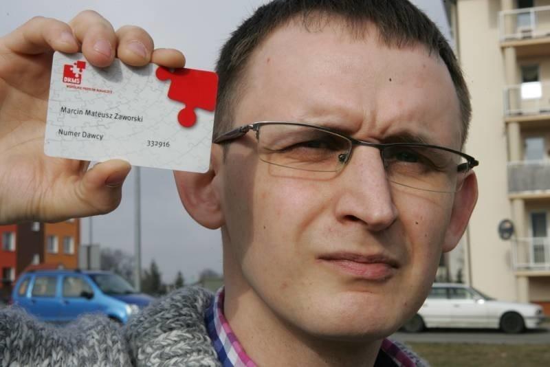 Organizator akcji Marcin Zaworski pokazuje kartę, którą otrzyma każdy, kto zarejestruje się w bazie dawców szpiku.