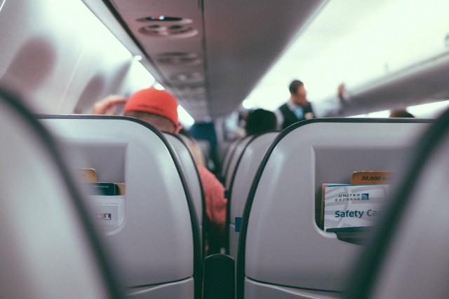 Podróżowanie w negliżu, pozostawianie góry śmieci, a nawet... oddawanie moczu poza toaletą. Do tego są zdolni pasażerowie w samolocie. Zobaczcie sami! Ostrzegamy: Tego nie da się odzobaczyć!Aby przejść do galerii, przesuń zdjęcie gestem lub naciśnij strzałkę w prawo.Więcej na facebookowym profilu Passenger Shaming