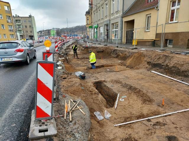 Prace archeologiczne ruszyły w ostatnich dniach. W poniedziałek, 25 stycznia, Tomasz Okoński, rzecznik ZDMiKP w Bydgoszczy, poinformował, co dotychczas odkryto. I zastrzegł, że może się okazać, że znalezisk w tym miejscu będzie więcej, bo prace archeologiczne trwają.
