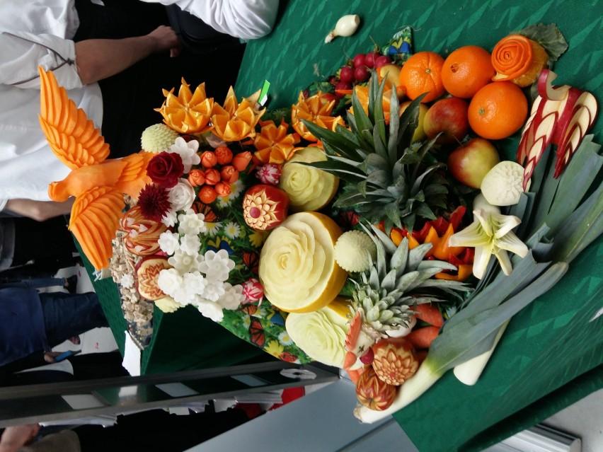 Piotr Wasik rzeźbi w owocach i warzywach od kilkunastu lat....