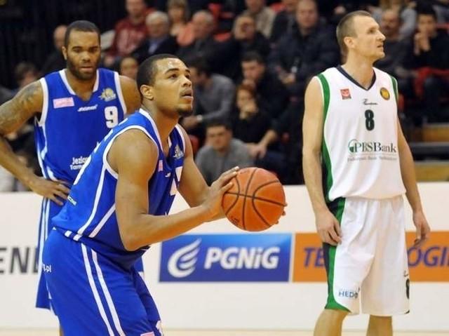 Koszykarze Jeziora Tarnobrzeg (niebieskie stroje) w skrajnej sytuacji mogą nawet nie dostać licencji na grę w TBL.