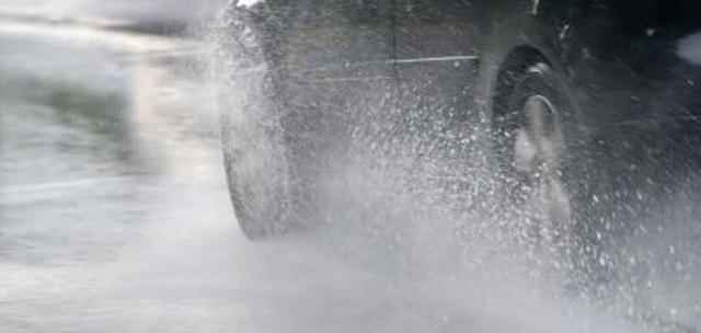 Jak dochodzi do poślizgu na mokrej drodze?