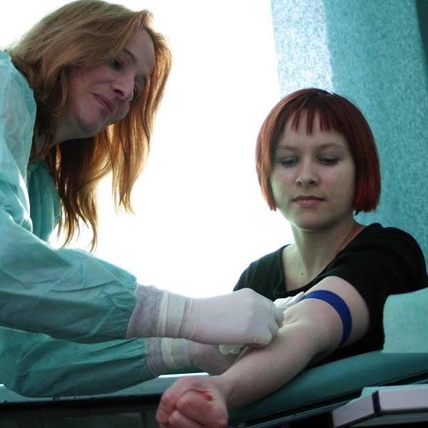 Test na HIV to nie wstyd, ani nic strasznego. Nasza dziennikarka sprawdziła na własnej skórze, jak wykonuje się badanie. Wystarczy pobrać próbkę krwi - jak na zwykłej morfologii.