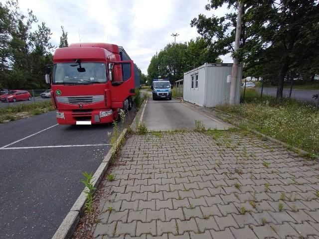 Kierowca ciężarowego renault zignorował znak zakazu wjazdu dla ciężarówek, który stoi przy ul. Dąbrowskiego. Miał pecha, bo po drodze natknął się na policjantów z miejskiej drogówki. Dalej było jeszcze gorzej. - Podczas kontroli okazało się, że w urządzeniu rejestrującym czas pracy, znajduje się karta należąca do innego kierowcy. 57-latek tłumaczył funkcjonariuszom, że karta, która znajduje się w tachografie, należy do jego poprzednika, który zapomniał jej zabrać, a jemu tak bardzo się spieszyło, że jej nie zmienił – wyjaśnia sierż. szt. Jadwiga Czyż z Wydziału Ruchu Drogowego Komendy Miejskiej Policji w Łodzi.Czytaj dalej, kliknij kolejny slajd