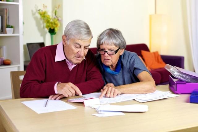 Trzynasta i czternasta emerytura to dodatkowe świadczenia, z których korzysta wielu seniorów w Polsce. Można jednak stracić prawo do nich. Co więcej, uzyskane pieniądze trzeba będzie oddać! Zakład Ubezpieczeń Społecznych podał ważną informację w tej sprawie. Chodzi o limity zarobków określane co kwartał. Właśnie pojawiły się nowe progi. Poznajcie szczegóły!Czytaj dalej. Przesuwaj zdjęcia w prawo - naciśnij strzałkę lub przycisk NASTĘPNE