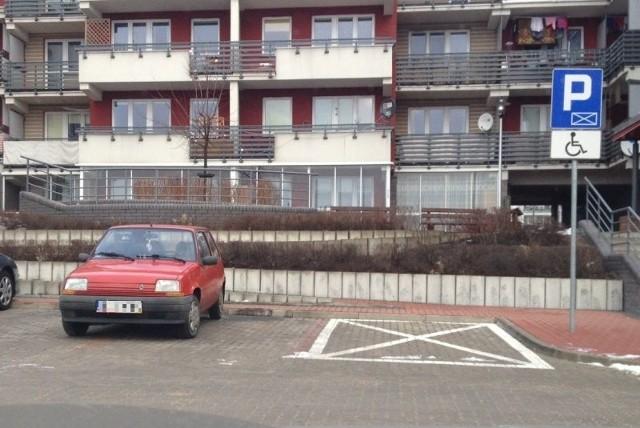 Internaucie nie spodobało się takie niefrasobliwe parkowanie.