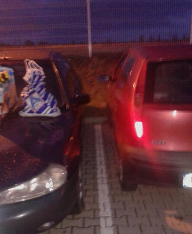 Autodrań zastawił samochód pana Romana, zmuszając go do wsiadania od strony pasażera.