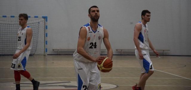 Łukasz Fąfara ( z piłką) poprowadził AZS UJK do zwycięstwa w Warszawie. Kapitan kieleckiego zespołu zdobył 13 punktów i miał 11 zbiórek.