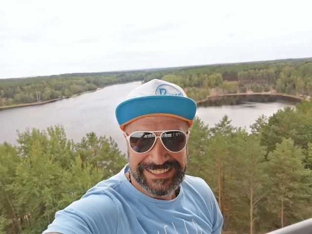 Paweł Andrzejewicz posyła Wam uśmiech z 30-metrowej wieży królującej nad geoturystyczną ścieżką