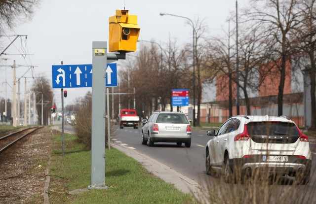 Główny Inspektorat Transportu Drogowego zagęści sieć fotoradarów przy naszych drogach. Zaczną pojawiać się także przy drogach wojewódzkich i powiatowych. Mamy listę wszystkich miejsc na Dolnym Śląsku, gdzie już jest prowadzona albo wkrótce będzie kontrola prędkości.Ruszył przetarg na zakup oraz instalację 26 fotoradarów, które usytuowane zostaną w najbardziej niebezpiecznych miejscach w kraju – poinformował Główny Inspektorat Transportu Drogowego. To kolejny etap realizowanego obecnie projektu rozbudowy systemu CANARD, zakładającego zakup 358 nowych urządzeń. 100 fotoradarów i punktów kontrolnych pojawi się w nowych miejscach, 11 urządzeń zostanie zainstalowanych w nieoznakowanych samochodach Inspekcji, a 247 urządzeń zastąpi dotychczas używane. W tym roku w całym kraju pojawi się 26 nowych fotoradarów w tym na Dolnym Śląsku.Fotoradary zostaną zainstalowane w kilkudziesięciu miejscach w Polsce. W wytypowaniu lokalizacji przeznaczonych do objęcia nadzorem pomógł Instytut Transportu Samochodowego, który pracował w konsorcjum z firmą Heller Consult. Na zlecenie CANARD wykonano analizę stanu bezpieczeństwa ruchu drogowego, obejmująca wszystkie drogi publiczne w Polsce, ze szczególnym uwzględnieniem liczby osób rannych oraz zabitych. Instytut opracował wykaz miejsc szczególnie niebezpiecznych, w których  w pierwszej kolejności powinny zostać zainstalowane urządzenia rejestrujące. Kolejnym etapem rozbudowy systemu nadzoru nad ruchem drogowym będzie wybór lokalizacji oraz przetarg na odcinkowe pomiary prędkości i rejestratory wjazdu na czerwonym świetle. Na kolejnych slajdach pokazujemy, gdzie lepiej zdjąć nogę z gazu ze względu na zainstalowane już urządzenia oraz w których miejscach pojawią się nowe fotoradary, także te na Dolnym Śląsku. Gdzie zostaną zainstalowane? O tym na kolejnym slajdzie.