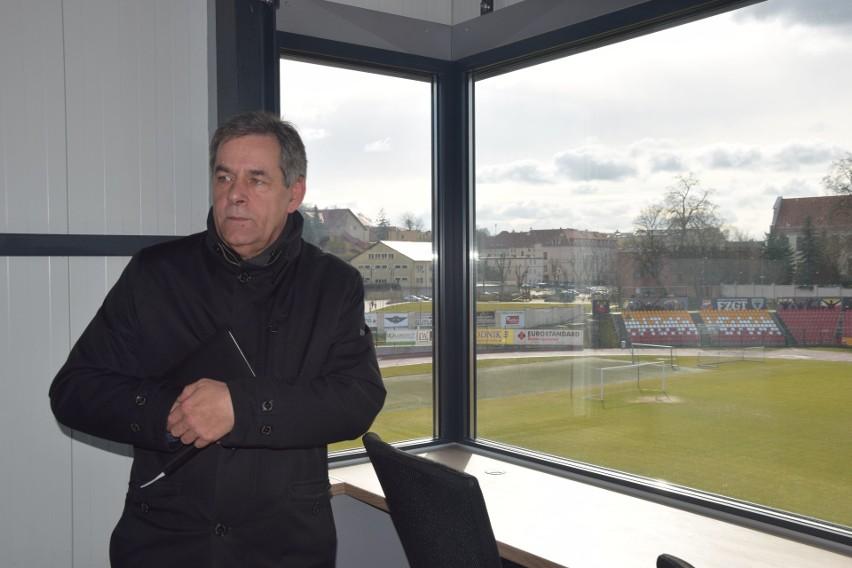 W Chojnicach na stadionie mają dziuplę dla dziennikarzy...