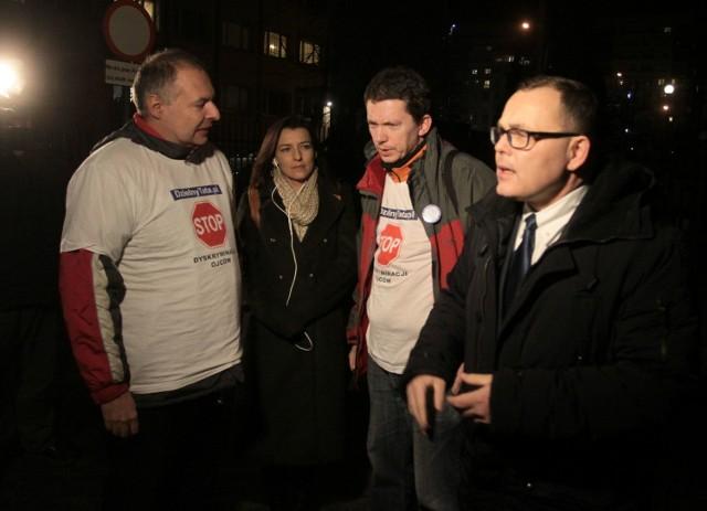 Konferencja działaczy stowarzyszenia Dzielny Tata w Radomiu. Andrzej Rogoyski, adwokat Sebastiana N. (z prawej), zarzucał radomskiej prokuraturze, że niemożliwa mu kontakt z jego klientem. Mówił także o brutalnych działaniach policjantów.