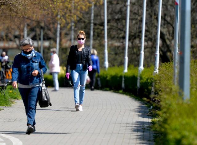 Poluzowane obostrzenia dotyczące pandemii koronawirusa sprawiły, że na ulicach Przemyśla pojawiło się więcej spacerowiczów i rowerzystów.Zobacz też: Zamaskowany Przemyśl. Tak mieszkańcy chronią się przed koronawirusem [ZDJĘCIA]