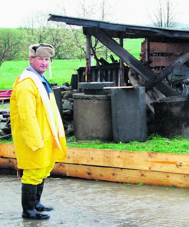 Pan Jan z Lipnicy Małej jest załamany zniszczeniami, jakie spowodowała woda. Cieszy się, że miał ubezpieczony dom