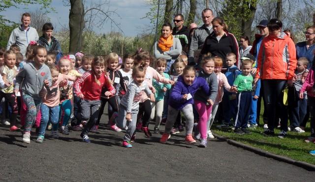 W imprezach lekkoatletycznych chętnie biorą najmłodsi mieszkańcy Wąbrzeźna. Po zakończonym remoncie będą mieli szansę biegać po profesjonalnej bieżni.