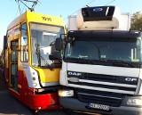 Wypadek tramwaju na Zgierskiej w Łodzi. Zderzenie ciężarówki i tramwaju. Ranny motorniczy [ZDJĘCIA]