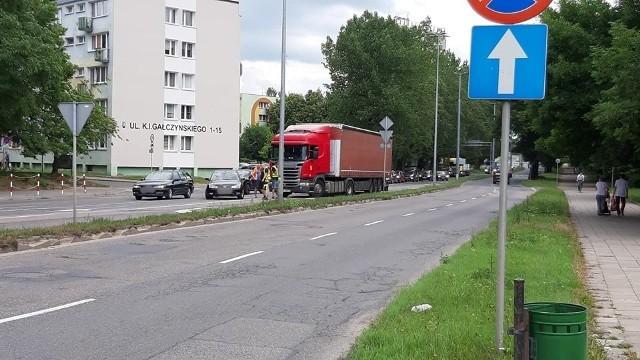 Na skrzyżowaniu ulicy Fałata z Aleją Monte Cassino w Koszalinie zderzyły się dwa pojazdy