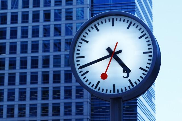 Przez pandemię w 2020 r. pracowaliśmy krócej, co ma negatywne przełożenie na poszczególne gospodarki. Ile pełnoetatowych godzin pracy ubyło osobom zatrudnionym w poszczególnych krajach? Porównaj dane z Polski i świata.