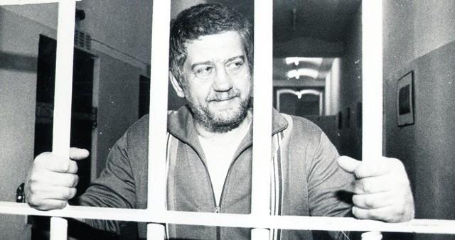 Lech Grobelny. Jego Bezpieczna Kasa oszczędności oferował nawet 300 procent zysku przy 2-letniej lokacie. Zaufało mu aż 11 tysięcy Polaków. Kasa powstała w 1989 roku, a już na początku 1990 - Grobelny zniknął. Dwa lata później został aresztowany w Niemczech, przesiedział w aresztach 5 lat po czym sprawę... umorzono. 2 kwietnia 2007 roku Grobelnego znaleziono martwego na warszawskim Targówku z raną klatki piersiowej. Sprawcy nie znaleziono.