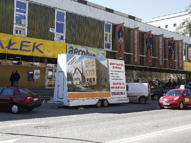 Przyczepa z reklamą zajmuje trzy miejsca parkingowe. Strażnicy miejscy ustalają właściciel a reklamy. Grozi mu mandat karny w wysokości 100 złotych i punkt karny.