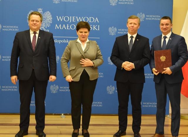 Promesę dla Nowego Brzeska odebrał burmistrz Krzysztof Madejski (z prawej)