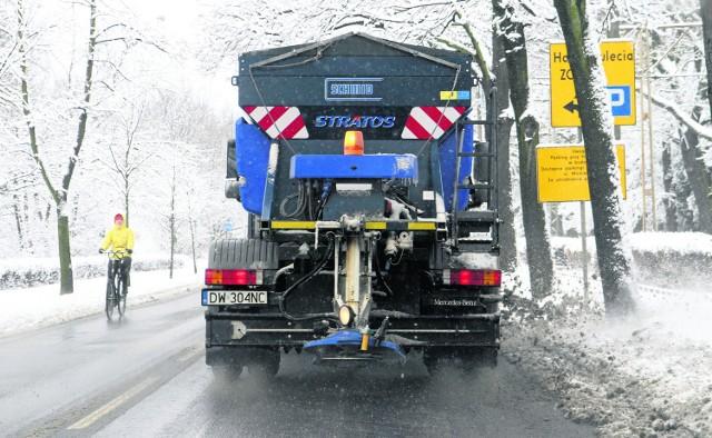 Do walki ze śniegiem i lodem na ulicach Wrocławia najczęściej używana jest sól, bo jest najtańsza