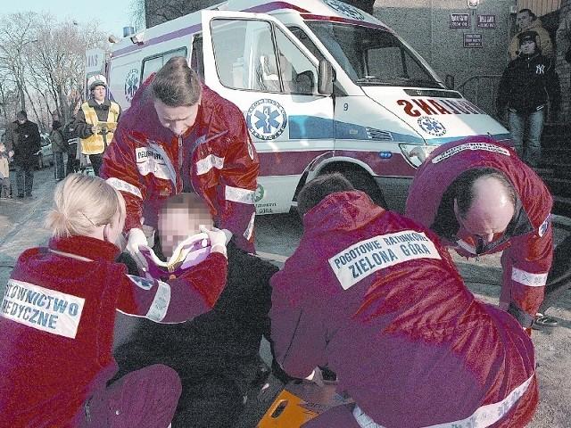 Zespoły ratownictwa medycznego mają pełne ręce roboty. Tutaj w akcji opatrywania chłopca, ofiary wypadku