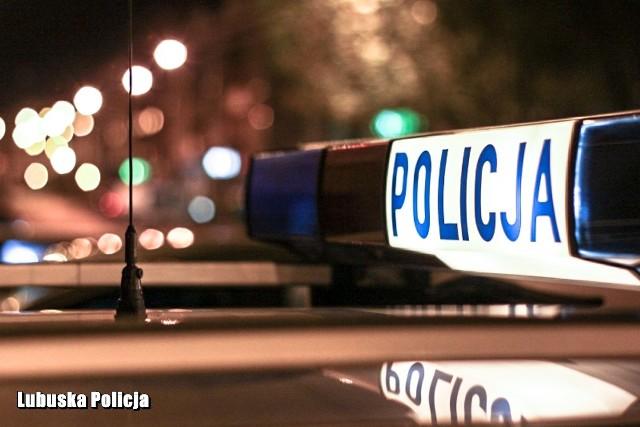 Policjant zatrzymał pijanego kierowcę.