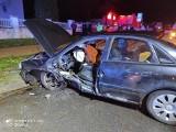 Poważny wypadek w Kożuchowie. Volkswagen zderzył się z audi. Kierowcę wycinano z wraku