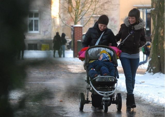 Wczoraj na spacerze spotkaliśmy Urszulę Szostak (po lewej) z córką Kamilą i synkiem Gustawem. - Chcę zostać z nim w domu aż skończy cztery lata - powiedziała nam gorzowianka.
