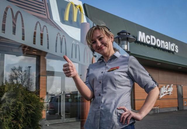 McDonald's Zarobki w tej i innych sieciówkach w dużej mierze uzależnione są od stanowiska i miejsca pracy. To w dużych miastach można liczyć na wyższe pensje.Na start wynagrodzenia w McDonald's oscylują w granicach płacy minimalnej t. j. 2800 zł brutto. Niekiedy restauracja oferuje nawet zarobki o 200-300 zł brutto niższe. Pensję można jednak zwiększyć, pracując nadgodziny lub na nocnej zmianie. Na wyższą płacę można liczyć dopiero po awansie. Manager na rękę zarabia około 3500-4000 zł, a kierownik nawet 5000 zł. źródło: boomway.plCzytaj dalej. Przesuwaj zdjęcia w prawo - naciśnij strzałkę lub przycisk NASTĘPNEPOLECAMY TAKŻE: Tyle płacą w H&M, Reserved, Cropp, House, Pepco i innych popularnych sieciówkach. Oto stawki w 2021 roku