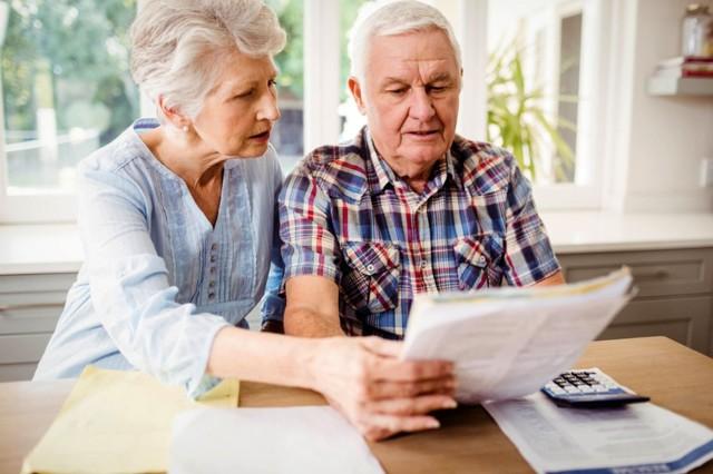 W 2022 roku Zakład Ubezpieczeń Społecznych ponownie dokona podwyższenia emerytur i rent w ramach waloryzacji. Rząd pracuje już nad projektem przyszłorocznego budżetu, a nieoficjalnie mówi się to będzie rekordowa waloryzacja. Powodem jest inflacja, która rosnąć do końca roku. O ile zatem wzrosną emerytury i jak to przełoży się na wysokość świadczeń? W galerii prezentujemy przykładowe emerytury z 2021 roku i ich prognozowaną wysokość w 2022 roku.Powodem wzrostu rent i emerytur jest rosnąca inflacja. Poprzez waloryzację ZUS chce dostosować siłę nabywczą świadczenia do aktualnych cen na rynku. Jak przekazał Główny Urząd Statystyczny, inflacja w czerwcu wyniosła 4,4 proc. w skali roku. Do końca 2021 nie powinna jednak przekroczyć 5 procent. Portal money.pl dotarł jednak do informacji, że rząd zakłada podwyżkę świadczeń o 4 proc., co wydaje się bardziej realne. O ile zatem wzrosną emerytury? W galerii przedstawiamy aktualne stawki brutto i możliwe stawki w 2022 roku. Symulację przygotował portal money.pl.Czytaj dalej. Przesuwaj zdjęcia w prawo - naciśnij strzałkę lub przycisk NASTĘPNEPOLECAMY TAKŻE: Tyle wyniesie emerytura w 2022 roku. Kto zyska, a kto straci?